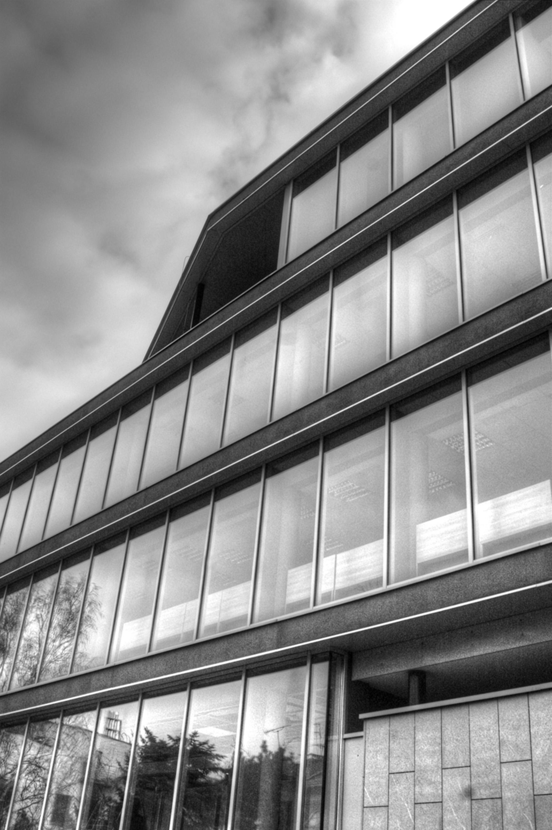 Budynek biurowy przy ul. Tanecznej w Warszawie. Projekt budynku biurowego BAZA architekci.